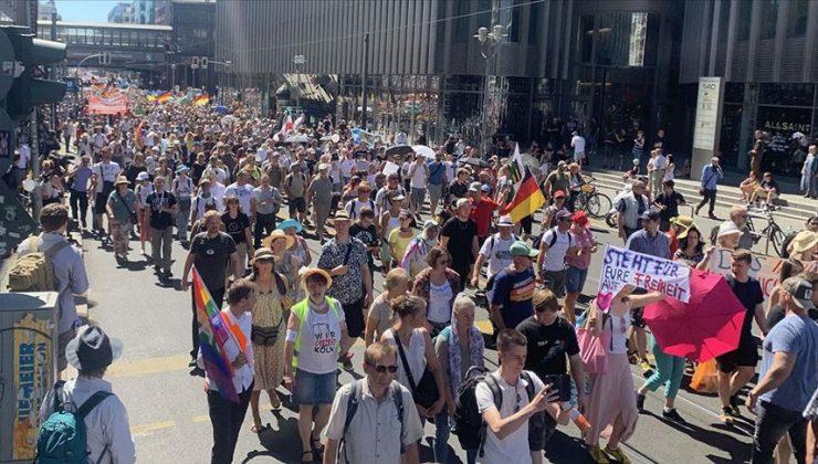 Almanya'da Kovid-19 tedbirleri protesto edildi