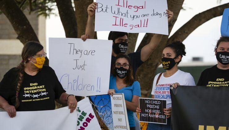 Florida'daki göçmen çocuk gözaltı merkezi önünde protesto