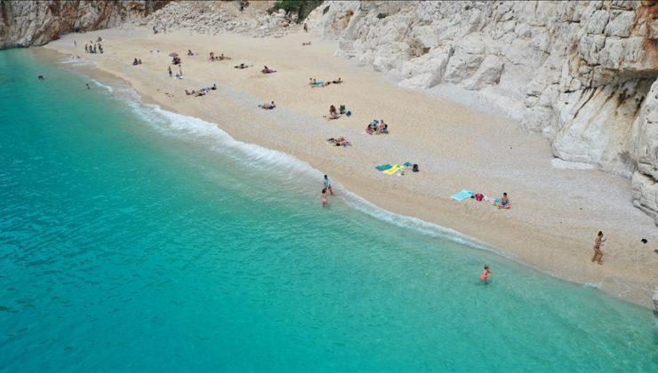 Antalya'nın sahillerinde 'tam kapanma' öncesi yoğunluk yaşanıyor