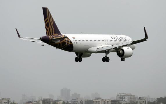 Aynı uçakta seyahat eden 53 kişinin koronavirüs testi pozitif çıktı