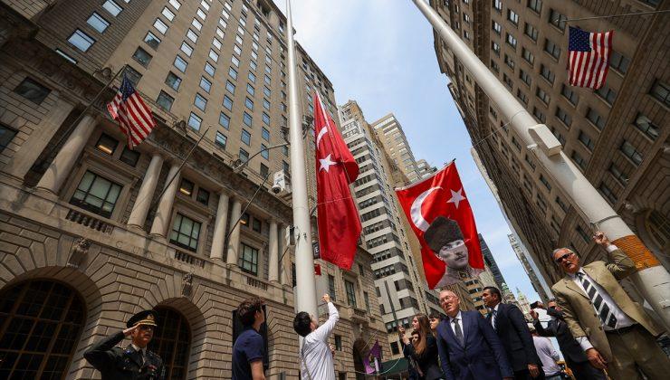New York'ta Türk bayrağı milli marşla göndere çekildi