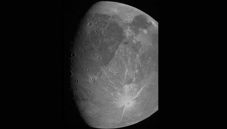NASA, Jüpiter'in uydusu Ganymede'i fotoğrafladı