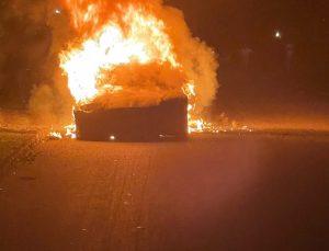 Bir Tesla aracı daha yandı! 'Sürücü seyir halindeki araçtan son anda çıkabildi'