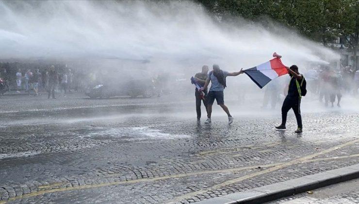 Fransa'da Kovid-19 zorunlu aşı karşıtları yine meydanlarda