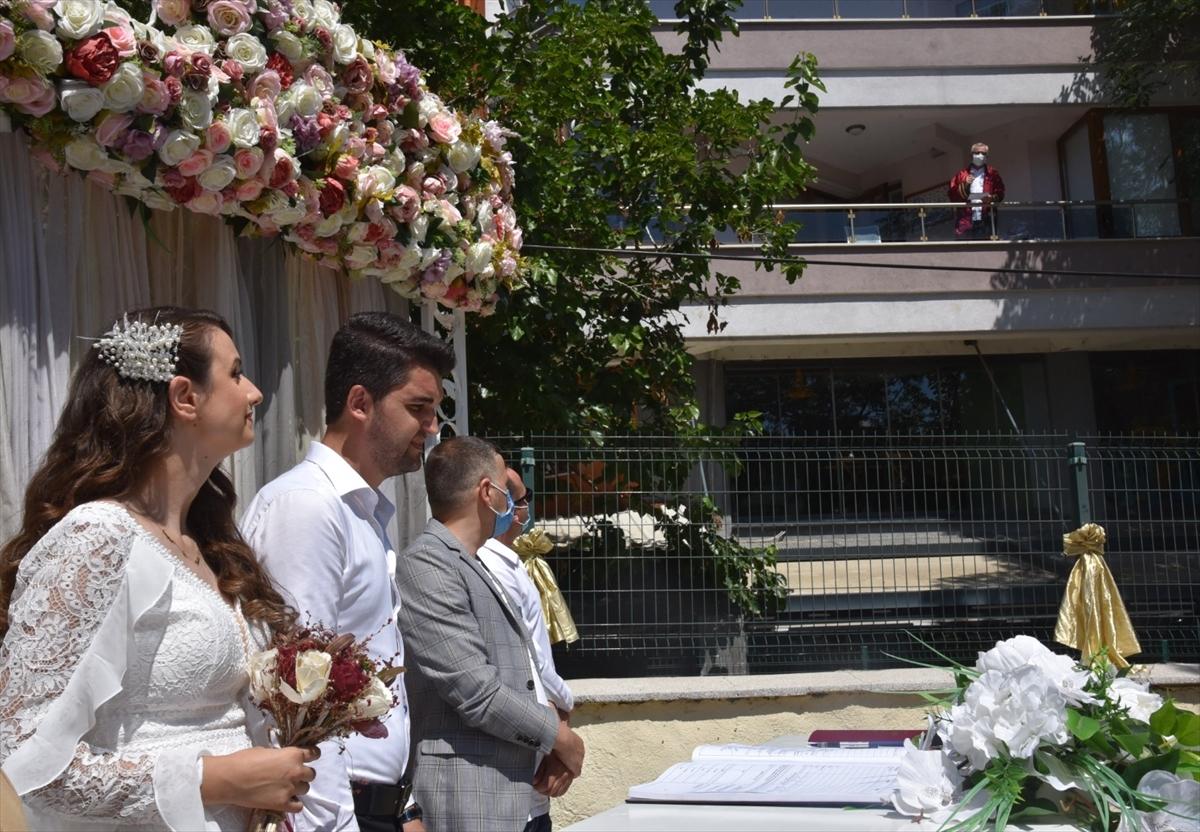 Balkondan nikah kıydı