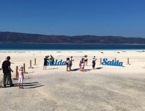 Salda Gölü'nde nargile içip çamur banyosu yaptılar