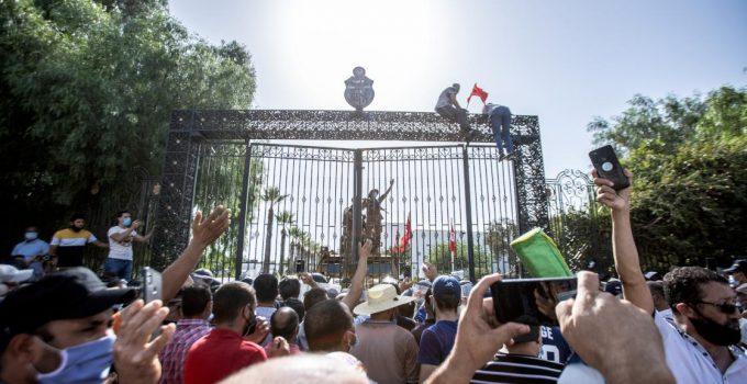 Tunus Cumhurbaşkanı; Başbakan, Savunma ve Adalet Bakanlarını görevden aldı