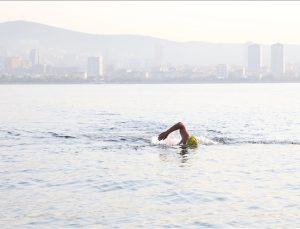 Deniz kirliliğine dikkat çekmek için Mersin'den KKTC'ye yüzüyor