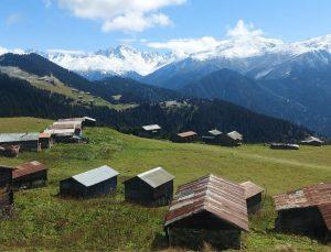 Kaçkar Dağları'ndaki yaylalar beyaz örtüyle kaplandı