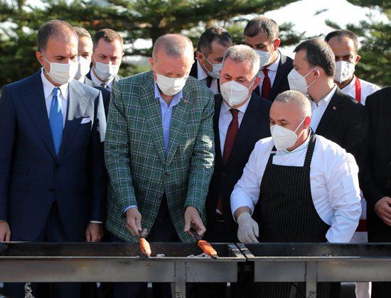 Cumhurbaşkanı Erdoğan Adana'da ocağın başına geçti, kebap pişirdi