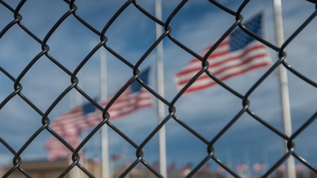 ABD Donanma üssü ihbar üzerine kapatıldı