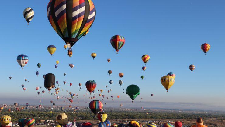 ABD'de gökyüzü rengarenk balonlarla süslendi